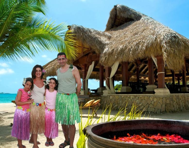 Paco, Chechus y las niñas de viaje en Hawaii.