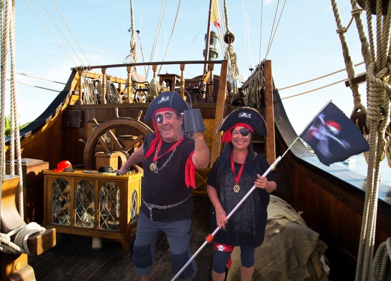 Pepa y Juan en su galeón pirata.